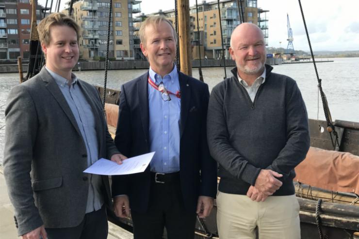 Produktet lages i samarbeid mellom stiftelsen Norsk Brannvernforening, Omega Holtan AS og Brannvernforeningens datterselskap Kontroll og Rådgivning AS